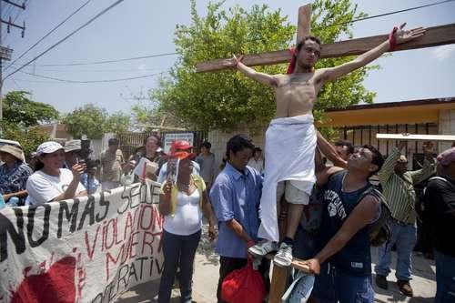 Centroamericanos escenifican en Ixtepec, Oaxaca, el viacrucis que padecen a su paso por el país rumbo a Estados Unidos