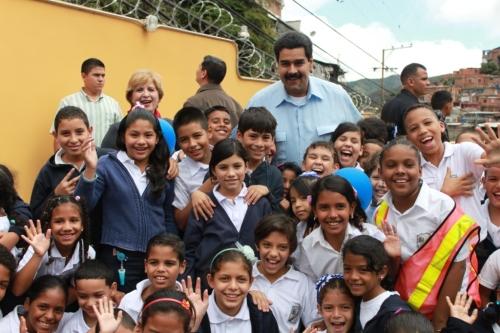 Niñas y niños juntos al VP Maduro celebraron el regreso a clases